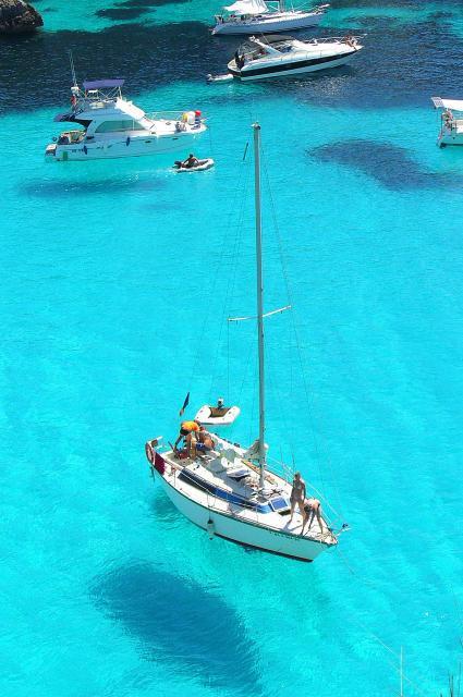 Бухта с парящими лодками Кала Макарелла