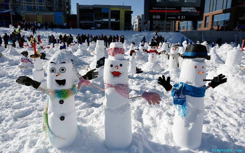 Сотни жителей Оттавы, как детей, так и взрослых, собрались в Лэндсдаун-парке, чтобы установить новый мировой рекорд – слепить 1299 снеговиков с двумя руками, двумя глазами и носом.