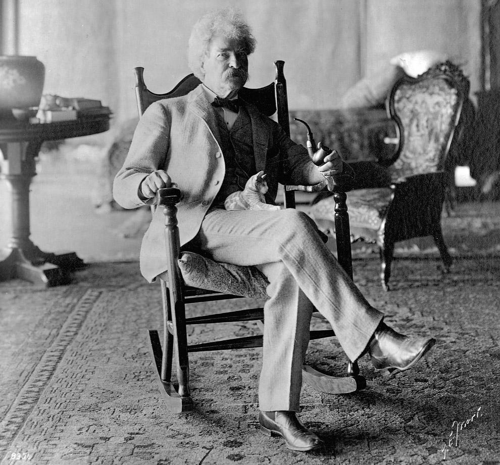 Портрет Марка Твена с фарфоровой кошкой на коленях