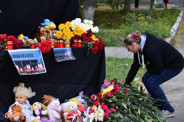 Акции в память о погибших в Керчи в городах России