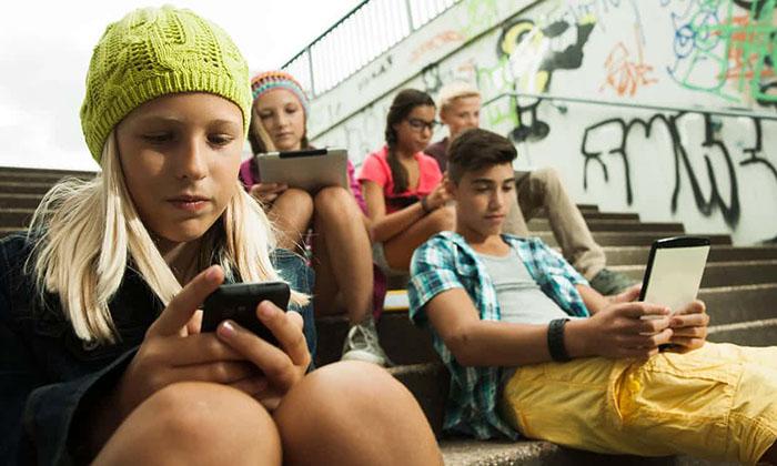 Во Франции школьникам запретят пользоваться мобильными телефонами