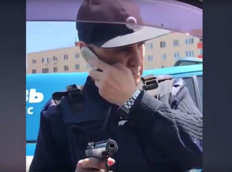 Сотрудники Спецсвязи устроили разборку на дороге, угрожая водителю оружием