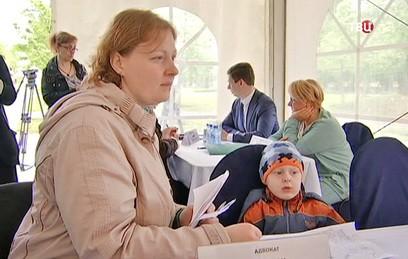 В парке Мосгордумы на вопросы жителей о реновации отвечают депутаты и юристы