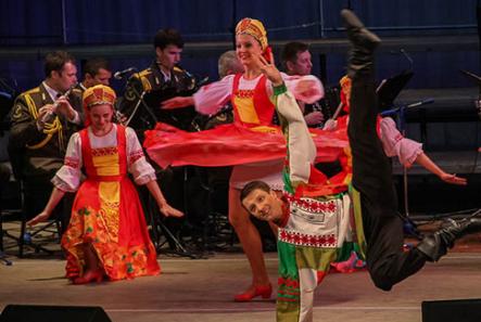 Ансамбль народного танца из Москвы отметил День России выступлением в Донецке