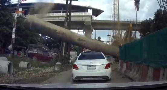 На автомобиль упала труба: девушкам крупно повезло!
