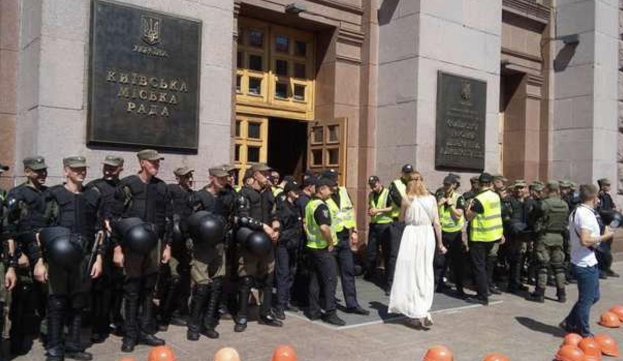 Поступил как «мужчина»: Кличко закрыл рот активистке рукой