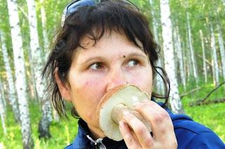 «Волков не боюсь». Женщина собирает грибы и ягоды, чтобы прокормить 7 детей