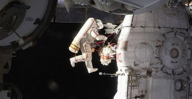 Российские космонавты исследовали обшивку Союза