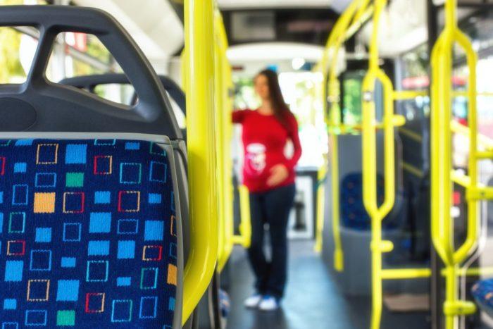 В автобусе над беременной женщиной смеялся неизвестный мужчина, она решила пересесть и тогда его улыбка стала более широкой.