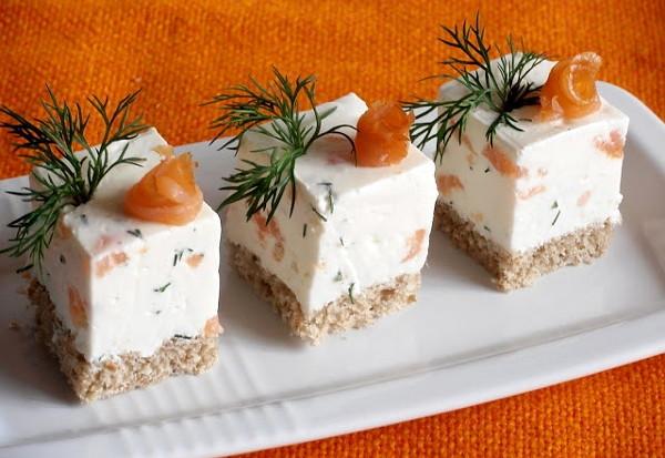 Закусочный торт из сыра и копченого лосося