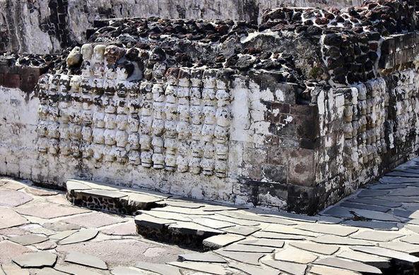 Стена из черепов в центре Мехико открывает свои тайны