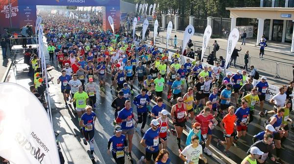 Участники Московского марафона показывали неприличные жесты в сторону посольства США