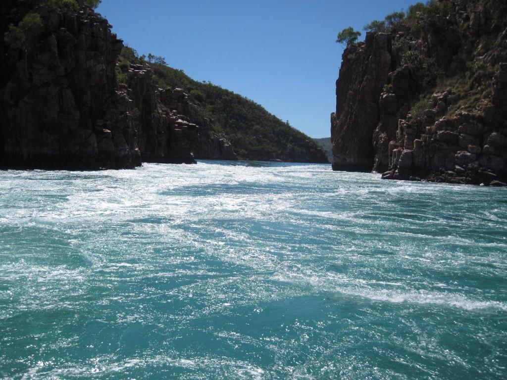 Девятое место: Горизонтальные водопады в заливе Толбон.