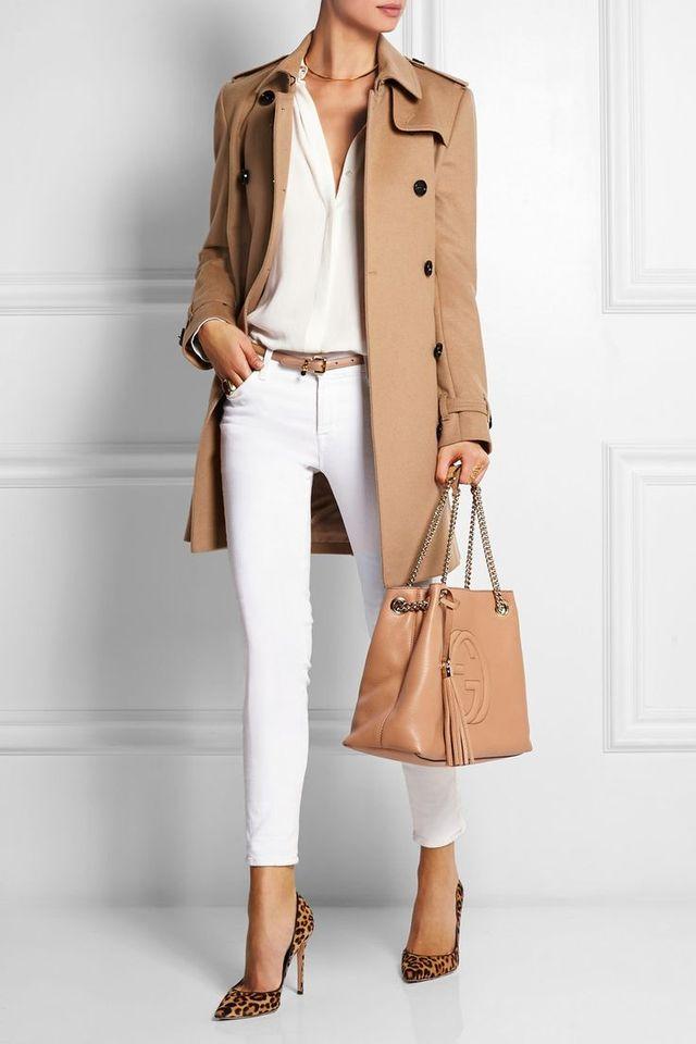 Короткое пальто с белыми джинсами