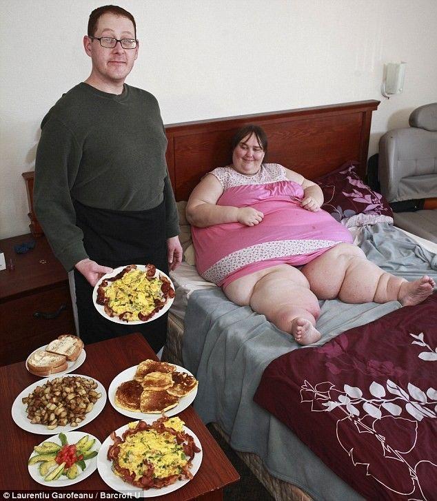 Жирная толстая женщина срет на мужика