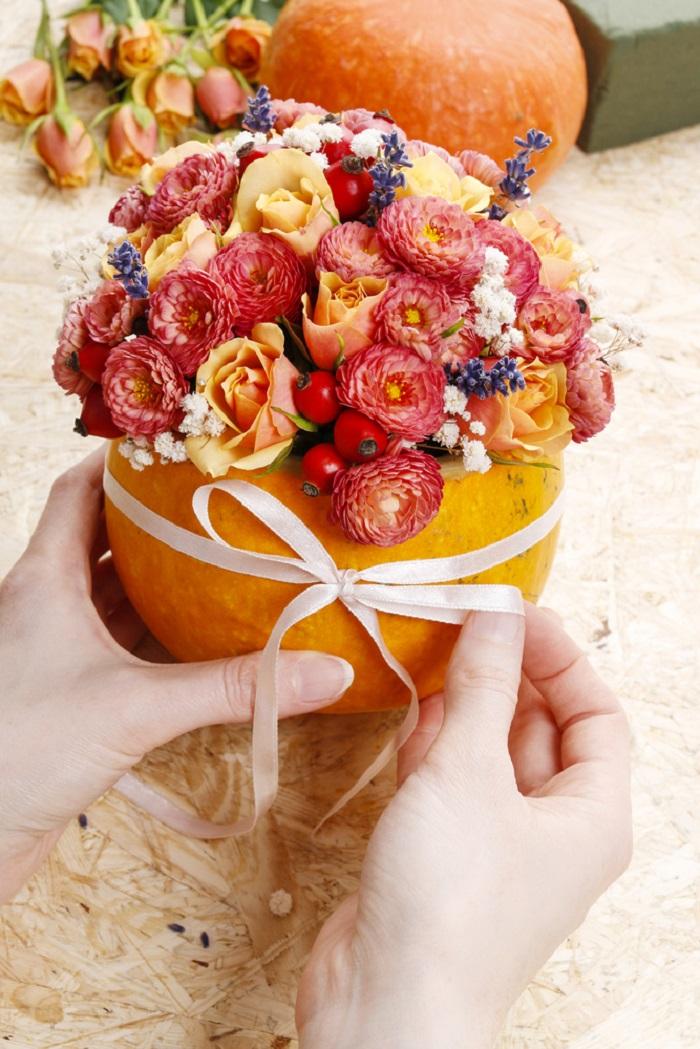 Делимся — парочка советов о том, как превратить простую тыкву в вазу с чудесным букетом