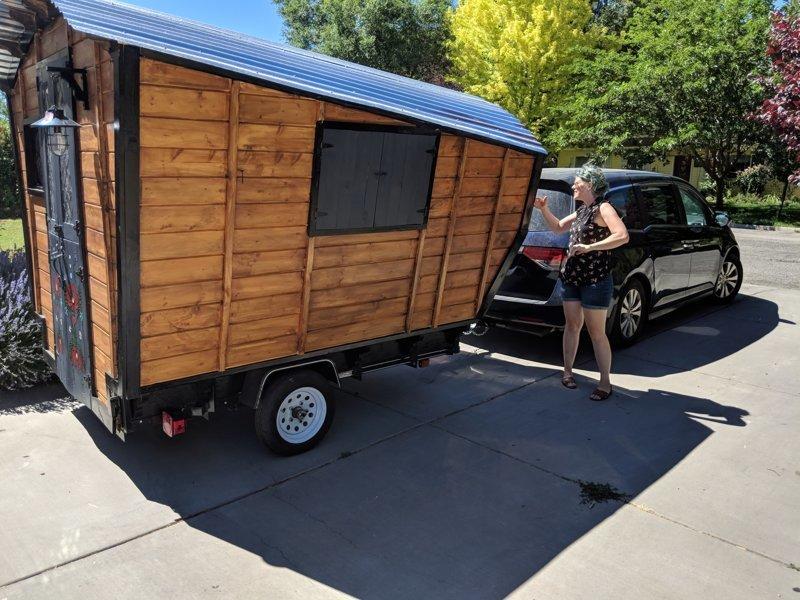 Девушка своими руками построила отличный вагончик на колёсах для путешествий