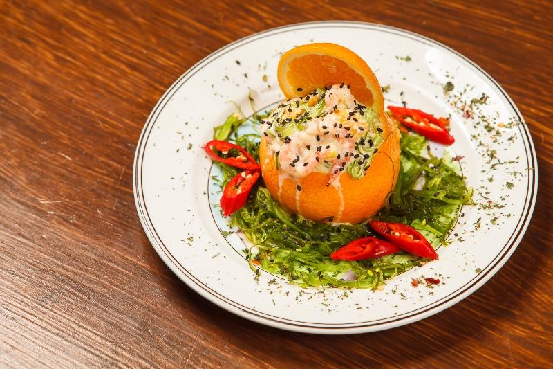 Рецепт салата с кальмарами в апельсине
