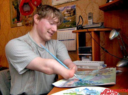 Мастерство кисти: инвалид Иван Галаничев рисует картины без помощи рук