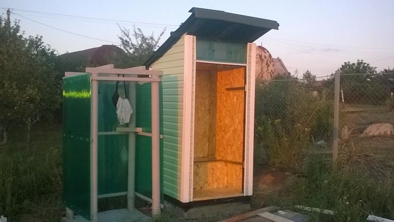 Туалет из дверей на даче