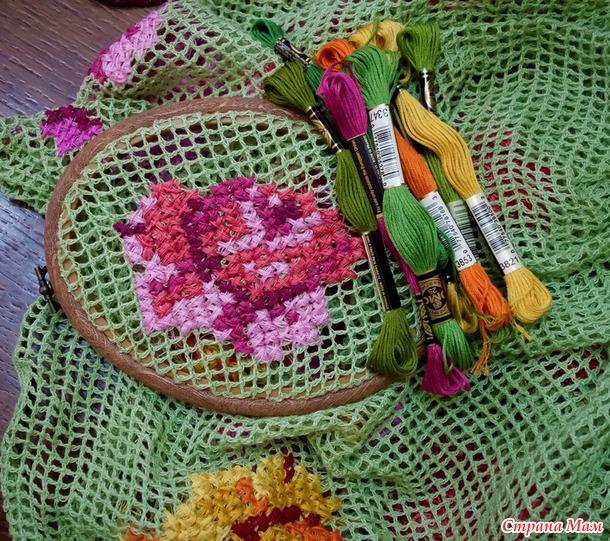 Вышивка крестом — украшение сарафана из филейной сетки вышитыми розами