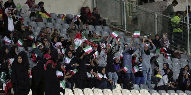 """""""Это приведёт к греху!"""": иранских женщин пустили на матч сборной. Фото"""