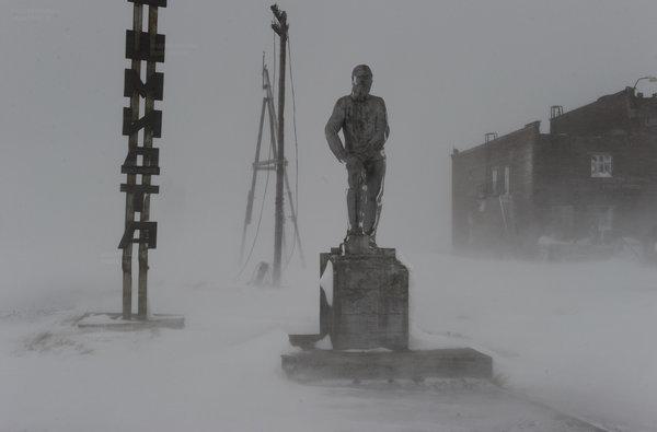 Памятник Отто Юльевичу Шмидту, исследователю Арктики. Одиноко ему.