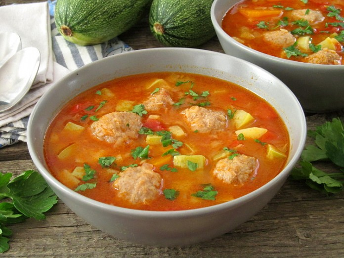 Густой суп с кабачками и фри…