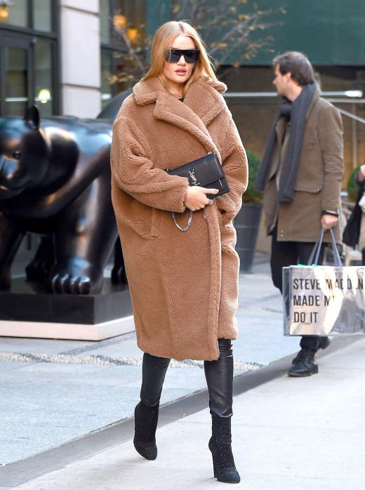 В тепле и на пике моды — плюшевые пальто