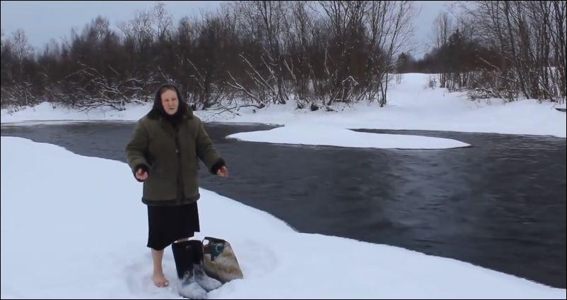 Бабушка переходит зимой реку вброд
