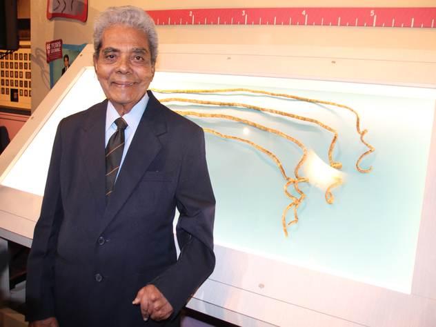 Обладатель самых длинных в мире ногтей обрезал их и сдал в музей