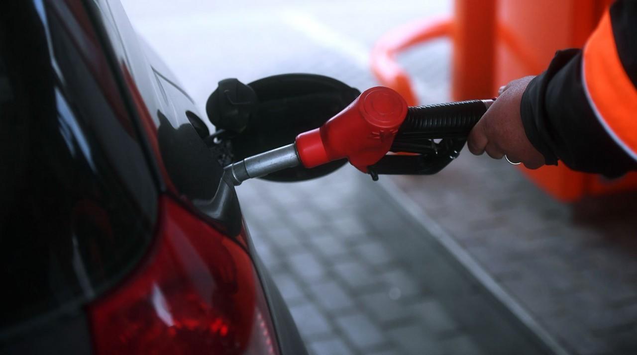 Нужно же как то оправдать)) Нефтяники пожаловались на невозможность сдерживать цены на бензин