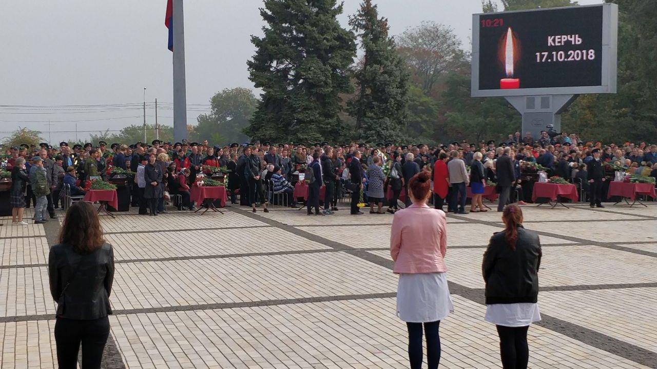 Десятки тысяч человек пришли на церемонию прощания с погибшими в керченском колледже