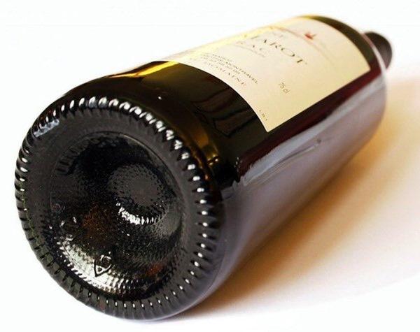 Почему дно у винной бутылки не плоское?