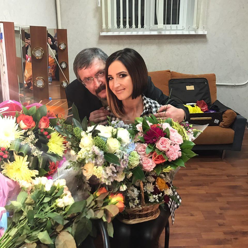 Незадачливый отец Ольги Бузовой разместил в социальной сети снимки своих дочерей в обнаженном виде