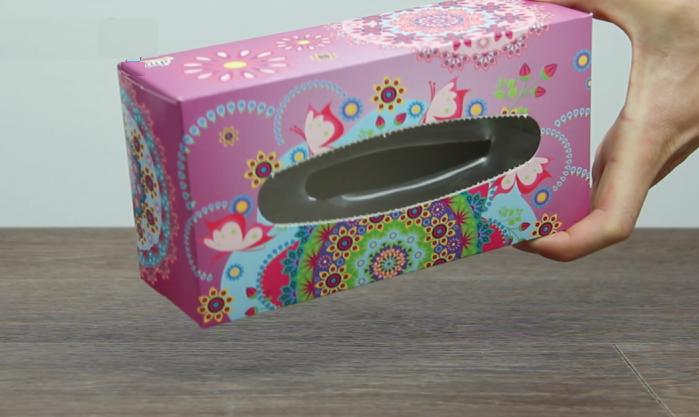 Возьмите коробку с прорезью.