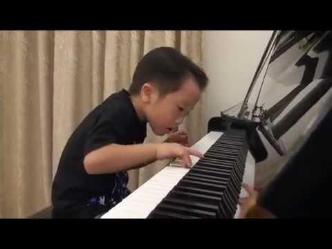 4-летний мальчик виртуозно играет на фортепиано!