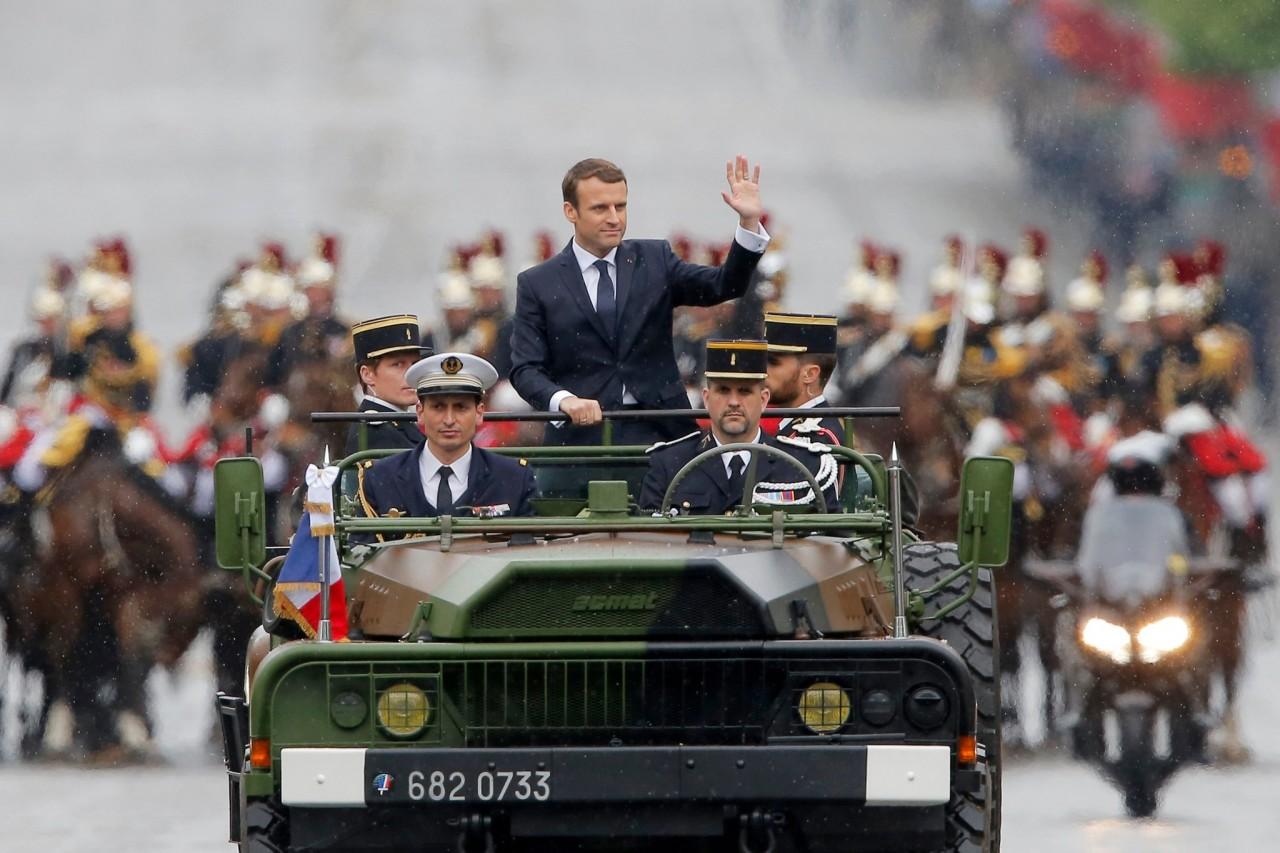 «Победили ИГИЛ, победим и Асада»: Макрон принял в Париже военный парад в честь победы Франции над ИГ