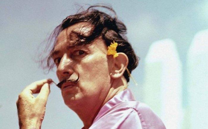Почему Сальвадор Дали носил необычные усы, и в чём истинный смысл его символов