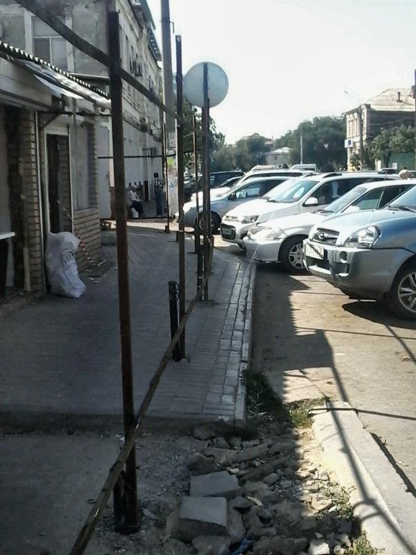 Своим решением директор Татар-Базара Игорь Гладченко послал астраханцев... ходить по проезжей части