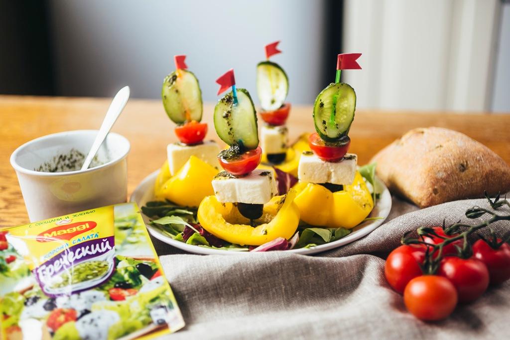 Греческий салат в лодочке из сладкого перца