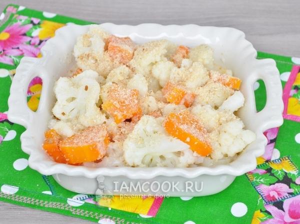 Залить овощи с сухарями молоком с яйцом
