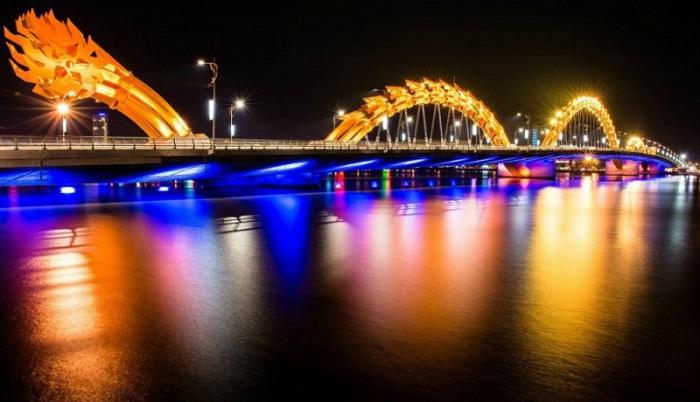 Мост выполнен в форме дракона в буквальном смысле огнедышащего пламенем.