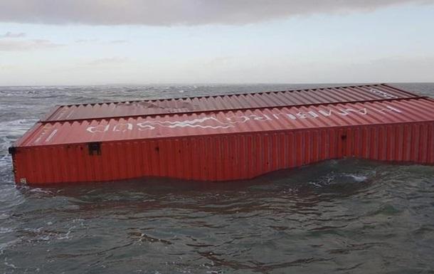 Шторм смыл с судна контейнеры с химикатами у берегов Нидерландов