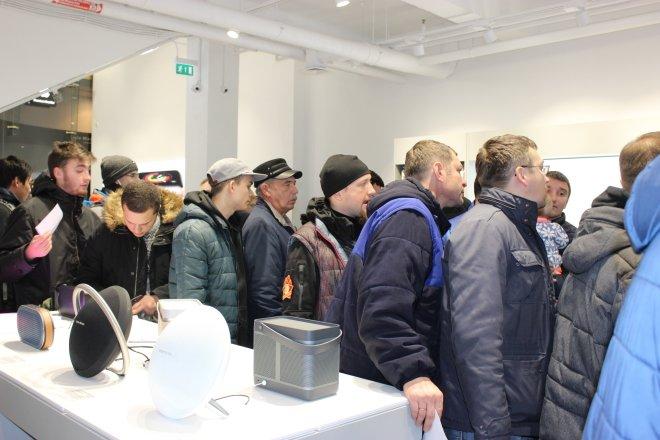 Место в очереди за новой моделью iPhone продают за сотни тысяч рублей
