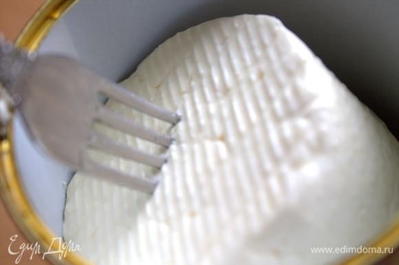 Сыр фету достать из рассола.