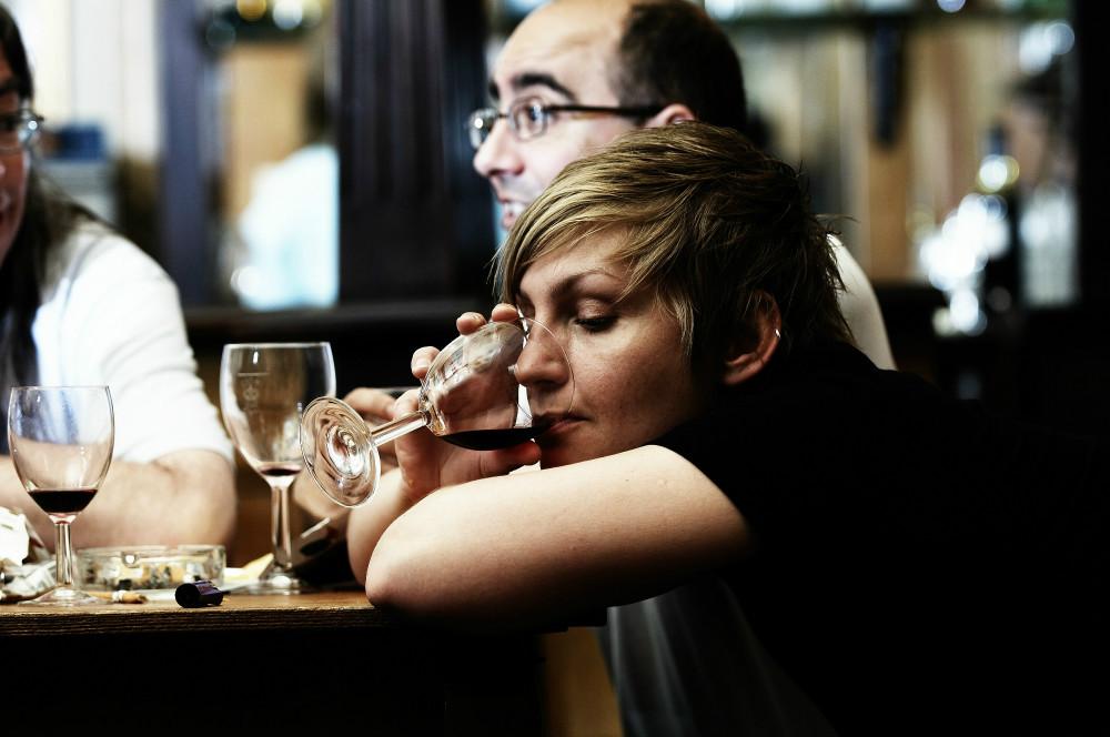 Приняли на грудь: женщины пьют больше мужчин и это доказанный факт