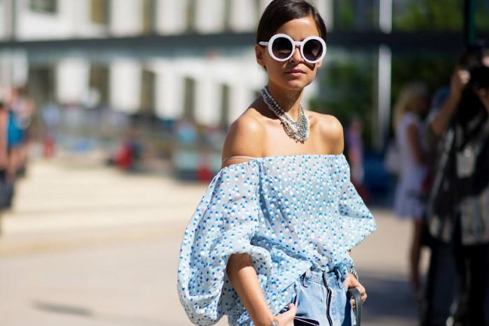 Как носить трендовый Бардо-топ, чтобы выглядеть стильно: 5 самых романтичных образов