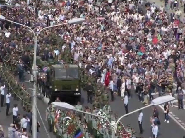 В последний путь провожает весь Донецк: впечатляющие кадры с похорон Захарченко