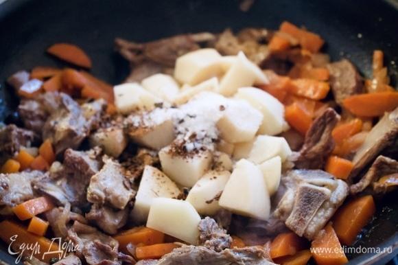 Картофель режем крупно, добавляем к мясу, солим и добавляем специи (у меня набор специй для шурпы). Перемешиваем.